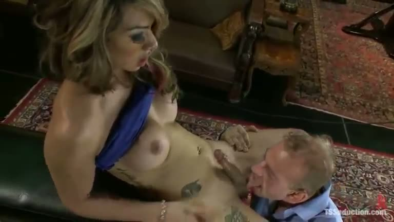 Shemale Fucks Guy Threesome