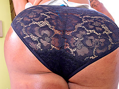 Gorgeous TS babe Isabelly Ferreira trokes her thick prick