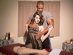 Slim body Ts Vixen gives a massage sex to hunk Robert