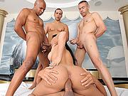Travesti Deliciosa Fazendo gangbang com varios macho pirocudo