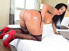 Brazilian Shemale Isabelly Ferreira enjoys butt fucking