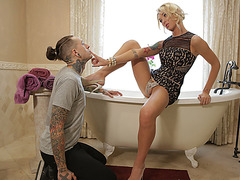 Slender T-babe Aubrey Kate and stud Ruckus bangs in the bathroom