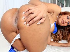 Brazilian tgirl Thais Moreno masturbates