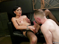 Delivery guy sucking big cock to shemale