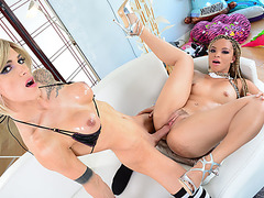 Transbabe Nina Lawless pounds Ashelys pussy in cross gender sex